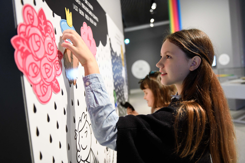 An der Magnetwand können eigene Märchen und Geschichten mit farbigen Akzenten gestaltet werden. © N. Klinger